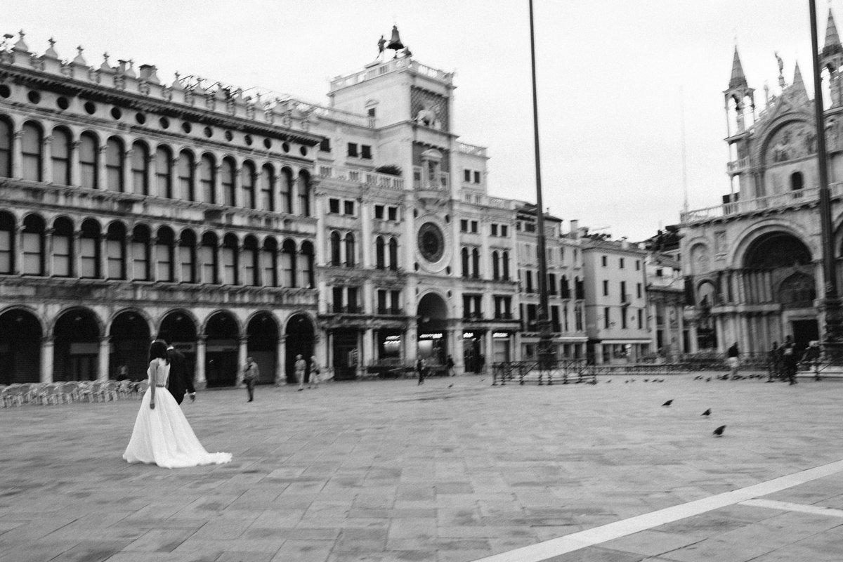 Venice destination wedding photographer. Romantic wedding in laguna.